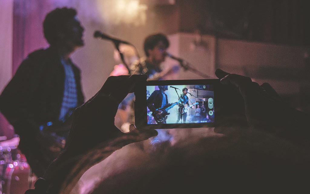 Cómo fotografiar conciertos con un móvil y no morir en el intento