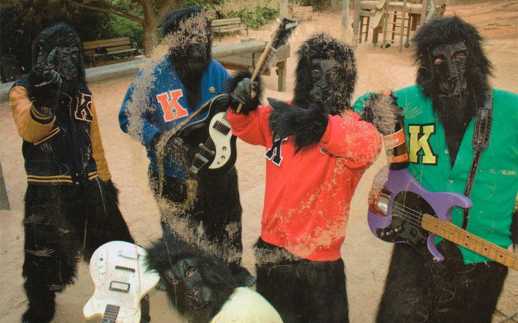 The Kongsmen bailan como los gorilas